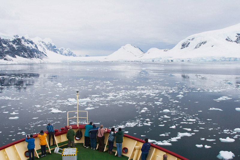 Cruising along the Antarctic Peninsula, the breath-taking Lemaire Channel © Claudio F. Vidal - www.fsexpeditions.com