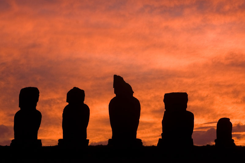 Sunset at the ceremonial platform (ahu) of 'Tahai', Easter Island (Rapa Nui) © Claudio F. Vidal, Far South Expeditions